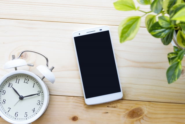 スマートフォンと目覚まし時計