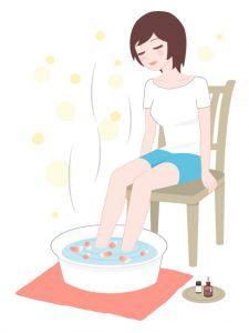 足湯につかる女性